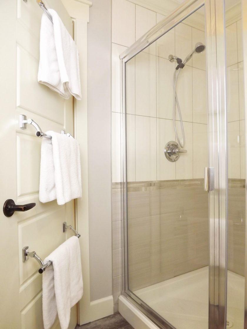 Вешалка в ванную: 140 вариантов оригинальных и функциональных конструкций