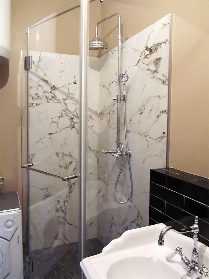 ванная комната с душевой в стиле модерн