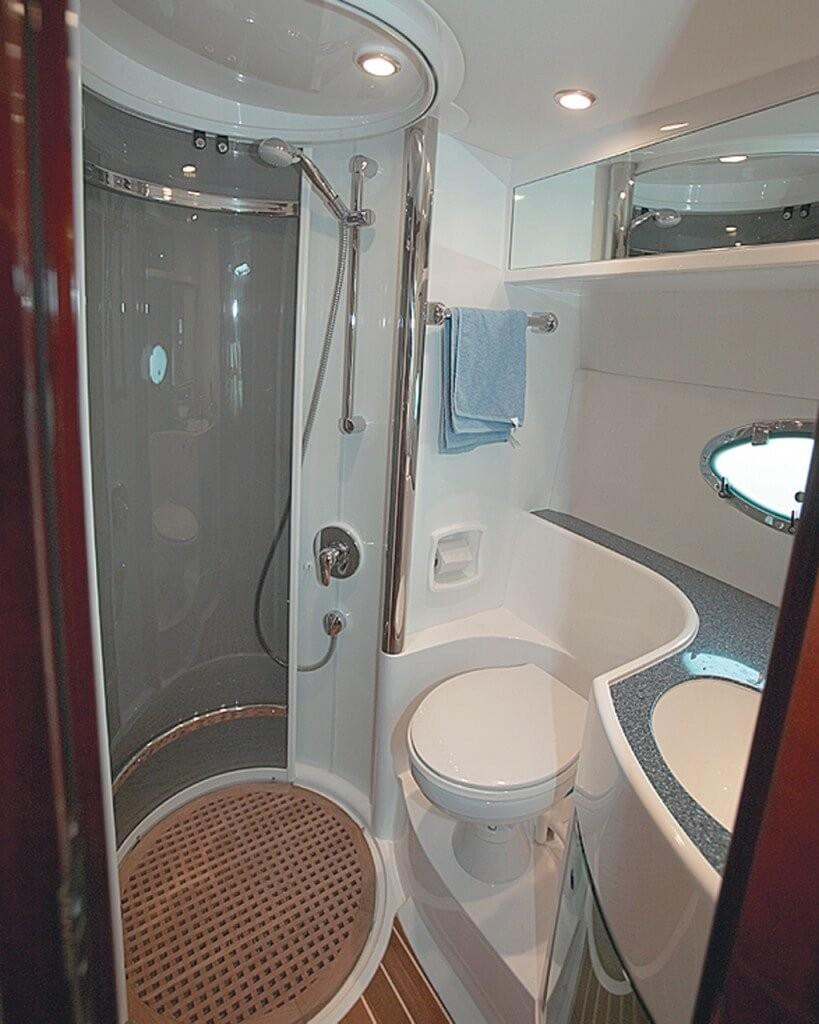 маленькая ванная с душевой кабиной