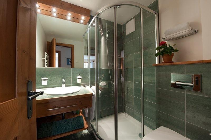 душ в маленькой ванной комнате